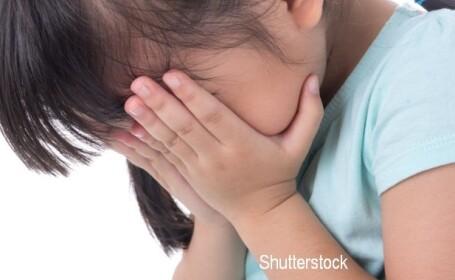 Fetiță de 12 ani din Timiș, urmărită când pleca de la școală și violată de un bărbat pe câmp