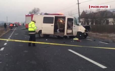 Accident cu 2 morti si 14 raniti, dupa ce doua microbuze s-au ciocnit. \