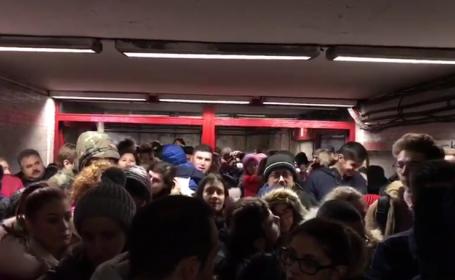 Două femei au chemat ambulanța după ce li s-a făcut rău la metrou. Circulația, îngreunată din cauza lucrărilor