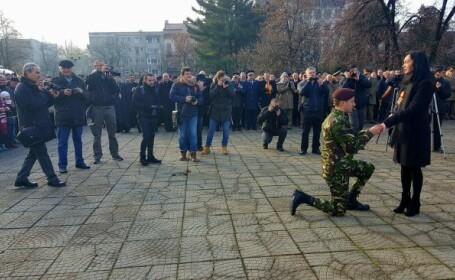 Moment emoționant de 1 Decembrie. Un tânăr militar şi-a cerut iubita în căsătorie