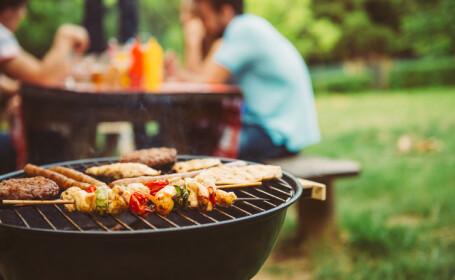 Carnea pregătită deasupra cărbunilor încinşi aduce fum cât zece pachete de ţigări