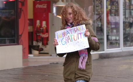 """Timișorenii au primit """"îmbrățișări gratuite"""" de la un grup de tineri"""