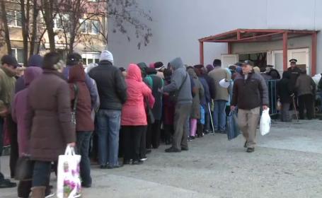 Sute de persoane au așteptat, în frig, să primească alimente de la autoritățile locale