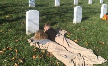 Momentul emoționant în care doi copii vizitează pentru prima dată mormântul tatălui lor