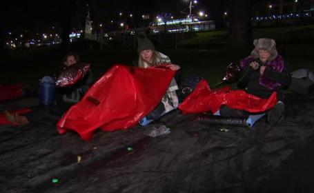 Motivul pentru care 8000 de oameni au dormit în frig, într-un parc