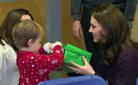Kate Middleton a împărțit cadouri copiilor supraviețuitorilor incendiului de la Grenfell Tower