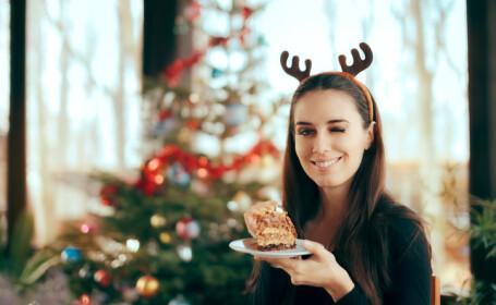 femeie cu prajitura de Craciun