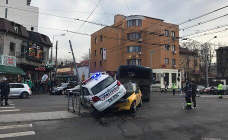 Accident în Capitală. O mașină de poliție a ajuns peste un TAXI, doi polițiști au fost răniți ușor