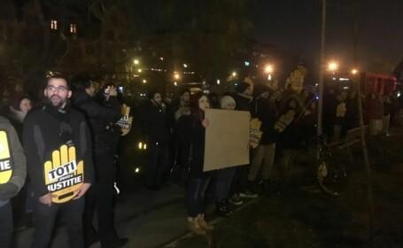 """Protest în fața sediului PSD Timișoara. """"Noi în loc să colindăm, ieşim să protestăm"""". VIDEO"""