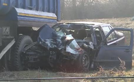 Accident teribil în Arad. Un tânăr a murit, după ce a intrat cu mașina sub un camion