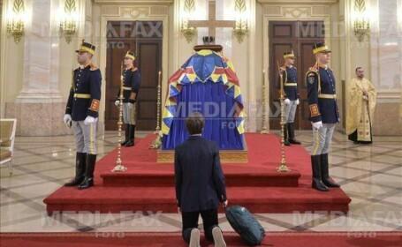 """Elevul care a îngenuncheat la catafalcul Regelui Mihai: """"În fața unor oameni merită să îngenunchezi"""""""