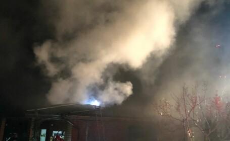 Incendiu la o locuinţă din Dumbrăveni, provocat de explozia unei centrale
