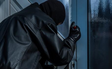 Bătrân din Vaslui, snopit în bătaie de hoții care i-au vandalizat locuința