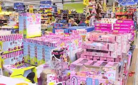 Moș Crăciun a primit scrisorile copiilor și a dat iama în magazine pentru a le cumpăra cadouri