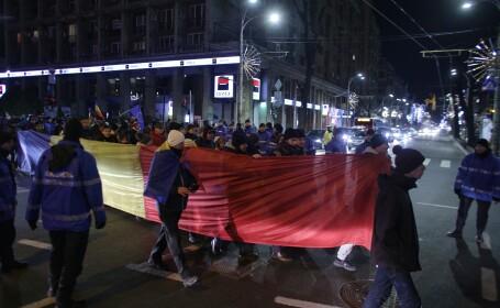 """Peste 2.500 de persoane au protestat în Bucureşti şi în mai multe orașe din ţară. """"Hoţia sufocă România\"""