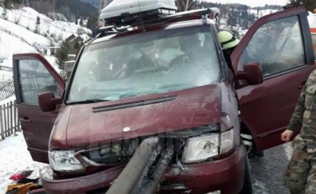 Microbuz plin cu pasageri, implicat într-un accident. Șase persoane au fost rănite