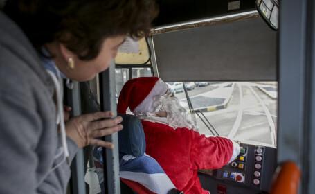 Vatman de pe tramvaiul 34 din București, costumat în Moș Crăciun. FOTO