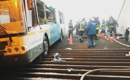 Momentul în care un autobuz intră într-un pasaj pietonal în Moscova, filmat. VIDEO