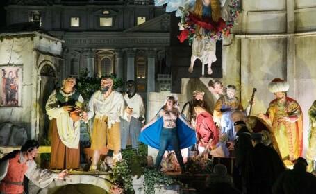 O activistă dezbrăcată la bustul gol a încercat să fure figurina cu Isus din scena Nașterii Domnului din Vatican