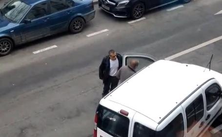 Supărat că un alt șofer i-a ocupat locul de parcare, un patron din Cluj îl bruschează. FOTO