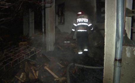 Biserică baptistă din Gorj, cuprinsă de flăcări. Mii de haine au ars