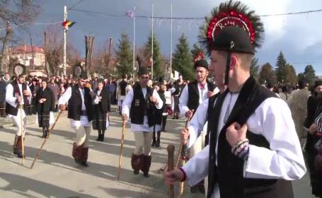 Obiceiul ţinut an de an în Mărginimea Sibiului. Tinerii necăsătoriţi îl practică în fiecare an