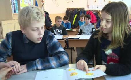 O fetiță de 10 ani i-a uimit pe profesori cu grija pe care i-o poartă unui coleg cu autism