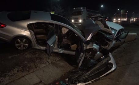 Două mașini au ajuns în șanț, după ce unul dintre șoferi a frânat brusc