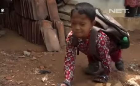 Copil de 8 ani, nevoit să meargă în patru labe la școală peste 3 kilometri din cauza unei boli grave