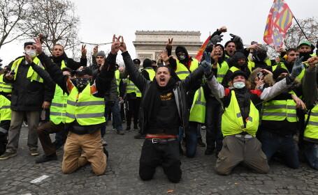 """""""Vestele galbene"""", în genunchi în fața forțelor de ordine în Paris"""