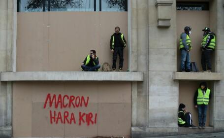 "Mesajul ""Vestelor Galbene"" pe o clădire din Paris: ""Macron Hara Kiri'"""