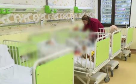 Povestea cutremurătoare a celor doi copii abandonați de mamă pe asfaltul ud, în fața spitalului din Alexandria