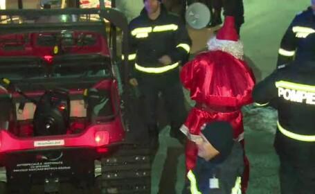 Moş Crăciun, adus de pompierii din Bistriţa cu şenilata.