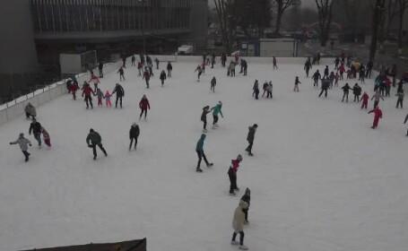 Orașul care se laudă cu un patinoar de 1500 de mp. Oamenii de toate vârstele fac mișcare pe gheață