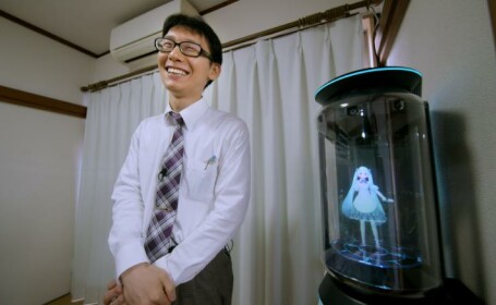 """Povestea bărbatului care s-a căsătorit cu o hologramă. """"Chiar ne iubim"""""""