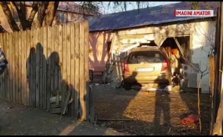 O familie din Ploiești s-a trezit cu o mașină proiectată prin zidul casei. Cum s-a întâmplat