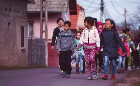 Povestea tinerei din Brașov care se luptă să scoată mii de copii din sărăcie. Câți a adoptat