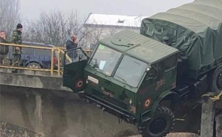 Camion militar, la un pas să cadă de pe un pod în Dej - 2