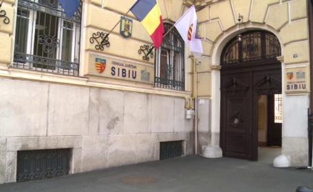 Angajații din CJ Sibiu nu mai au voie să stea dimineața la cafea și țigară în fața instituției