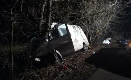 Accident grav în Neamț. Doi morți și șapte răniți, după ce un microbuz s-a izbit de copaci