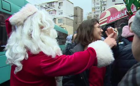 Moș Crăciun circulă cu autobuzul, la Galați. Sute de copii au primit daruri la capăt de linie