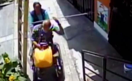 Gest inexplicabil făcut de un bătrân în scaun cu rotile după ce a trecut pe sub o scară