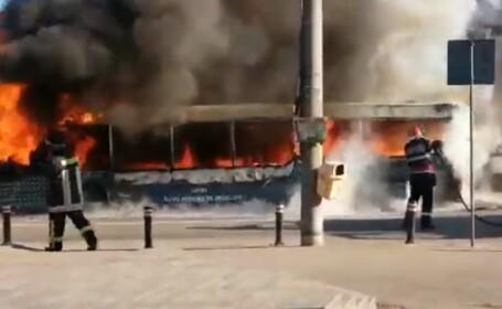 VIDEO Autobuz în flăcări în Craiova. Focul s-a extins la o casă