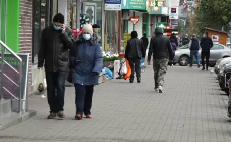 oameni pe strada cu masca