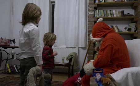 """Bucurie uriaşă pentru copiii care și-au găsit ghetuțele pline de cadouri de la Moș Nicolae. """"Exact cum mi-am dorit!"""""""