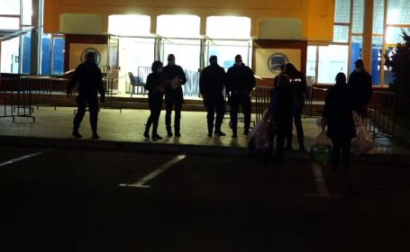 Noapte agitată după alegeri. Membrii comisiilor au stat la coadă să lase sacii cu voturi la birourile electorale