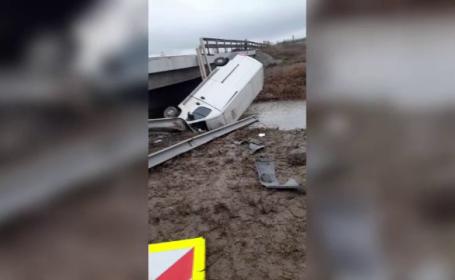 Un șofer a căzut cu autoutilitara de pe pod într-un pârâu din Constanța. Ce alcoolemie avea