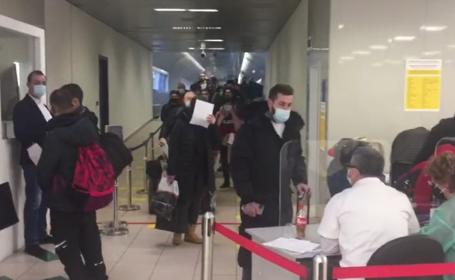 Românii din UK s-au înghesuit să prindă ultimele zboruri spre casă, deși vor sta în izolare