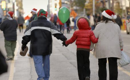 Febra cumpărăturilor de Crăciun a aglomerat orașele, în plină pandemie. Cozi la magazine, în București