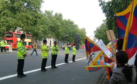 Militantii pro Tibet au incins o bataie cu politistii englezi
